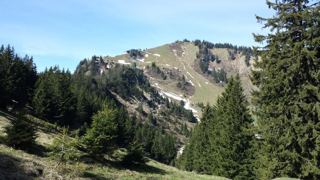 Blick auf die Brauneck-Bergstation beim Aufstieg