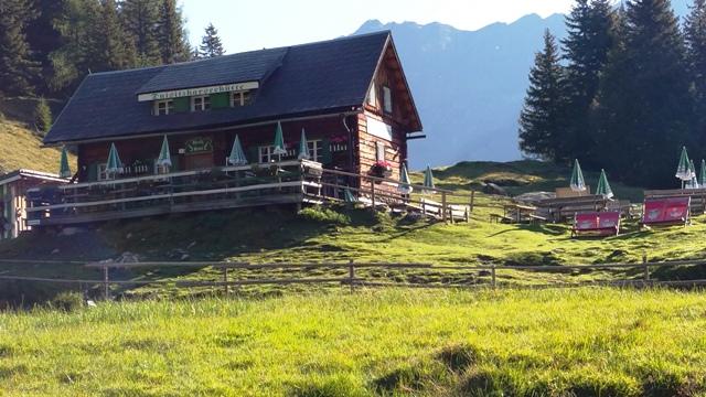 Direkt oberhalb des gleichnamigen Bergsees liegt die Duisitzkarhütte