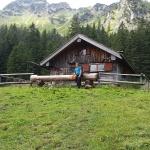 Almhütte mit Breitenstein/Allgäu im Rücken