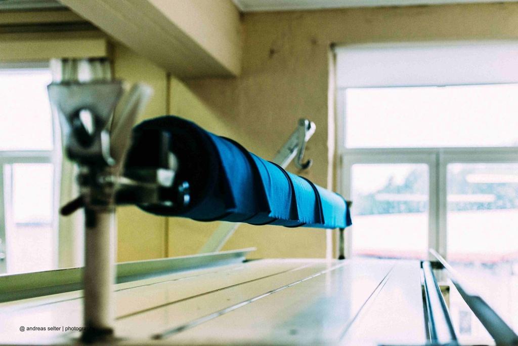 In der Kaipara-Näherei: Vorbereitung zum Ausrollen der Stoffe