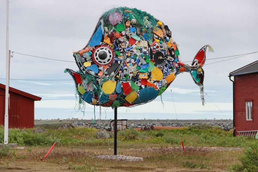 Skulptur aus Plastikmüll.